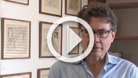 Foto del rector Alejandro Gaviria con imagen de video