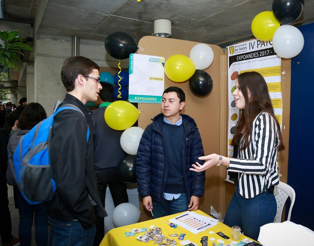 Estudiantes exponen proyectos en un stand