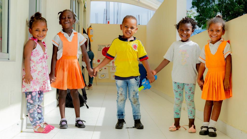 Cinco niños tomados de la mano