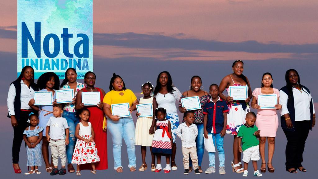 Retrato de madres e hijos afro con un diploma