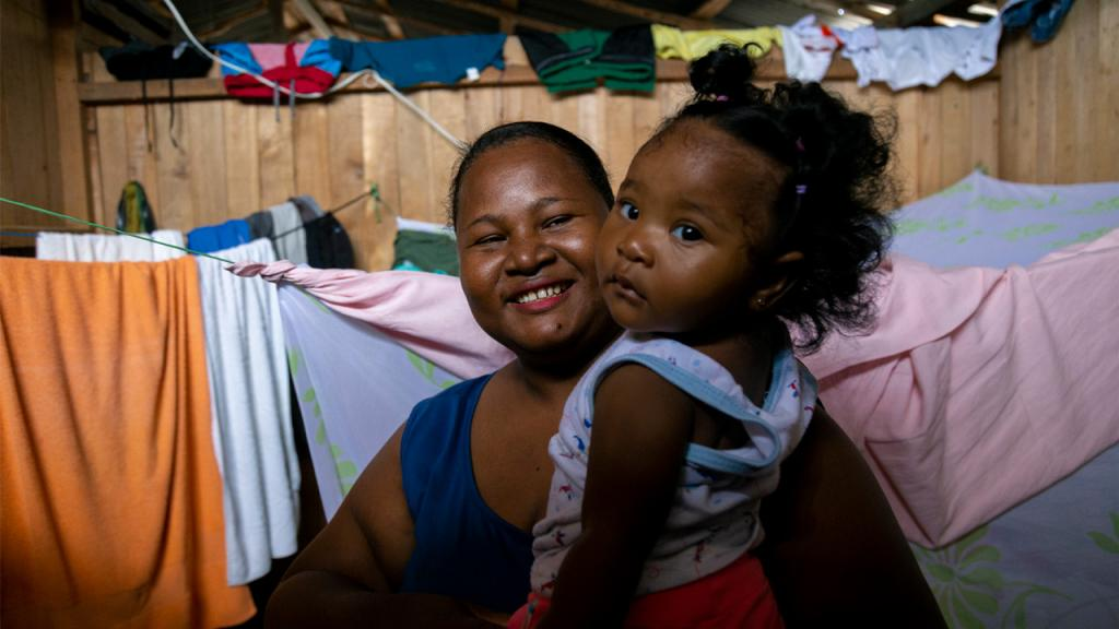 Madre afrocolombiana con hija en sus brazos