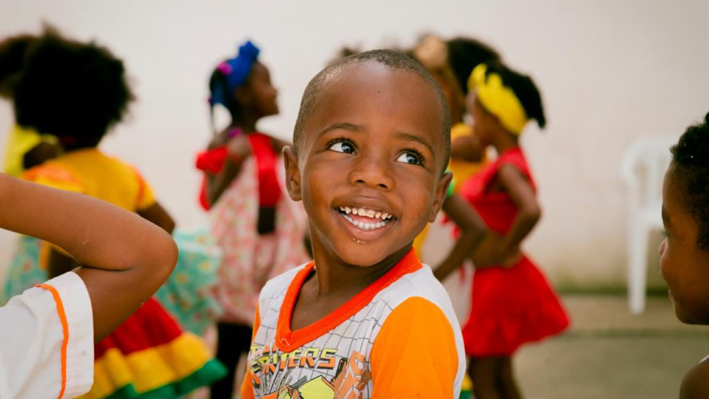 Niño con compañeritos sonriendo