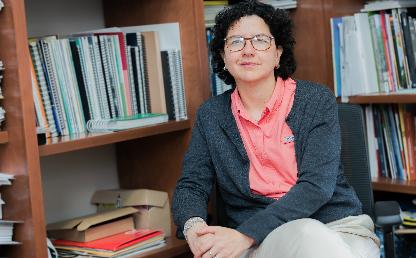 Imagen de Silvia Restrepo, vicerrectora de investigaciones de la Universidad de los Andes, en su oficina.