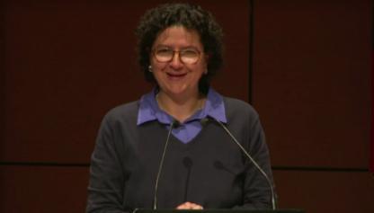Silvia Restrepo frente auditorio en ceremonias de grado