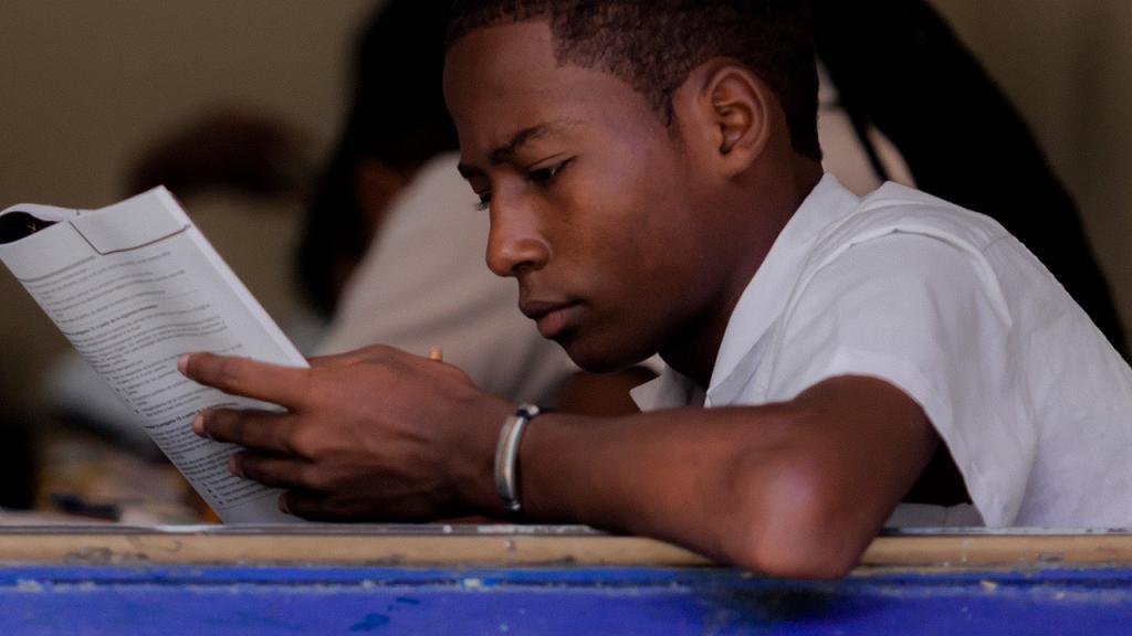 Estudiante sentada en un pupitre presenta un examen