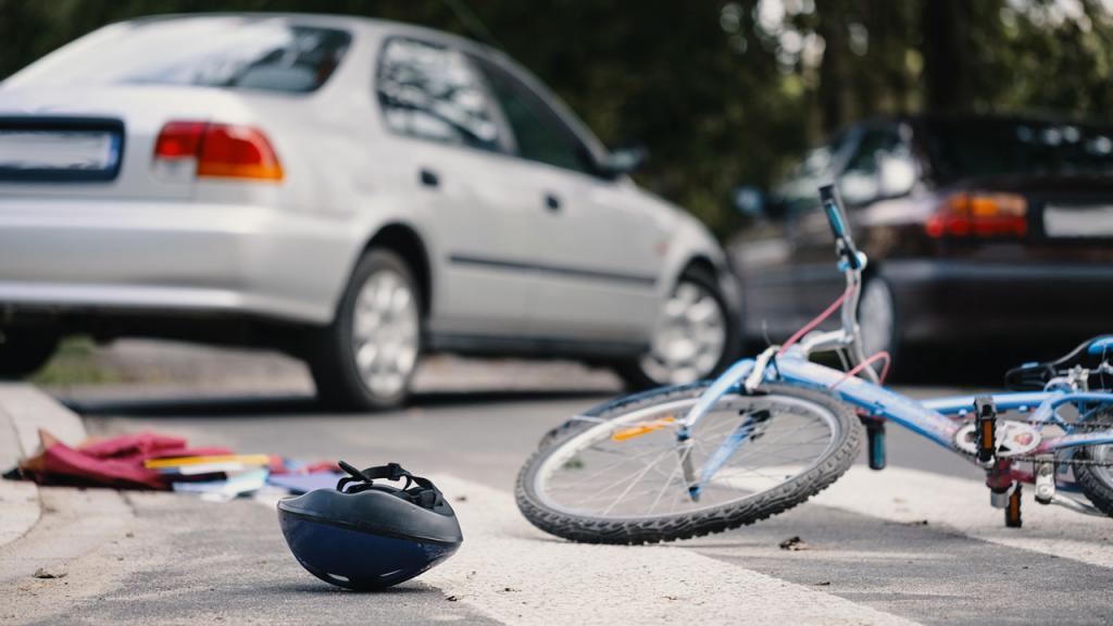 Foto de un accidente entre un automóvil y un ciclista