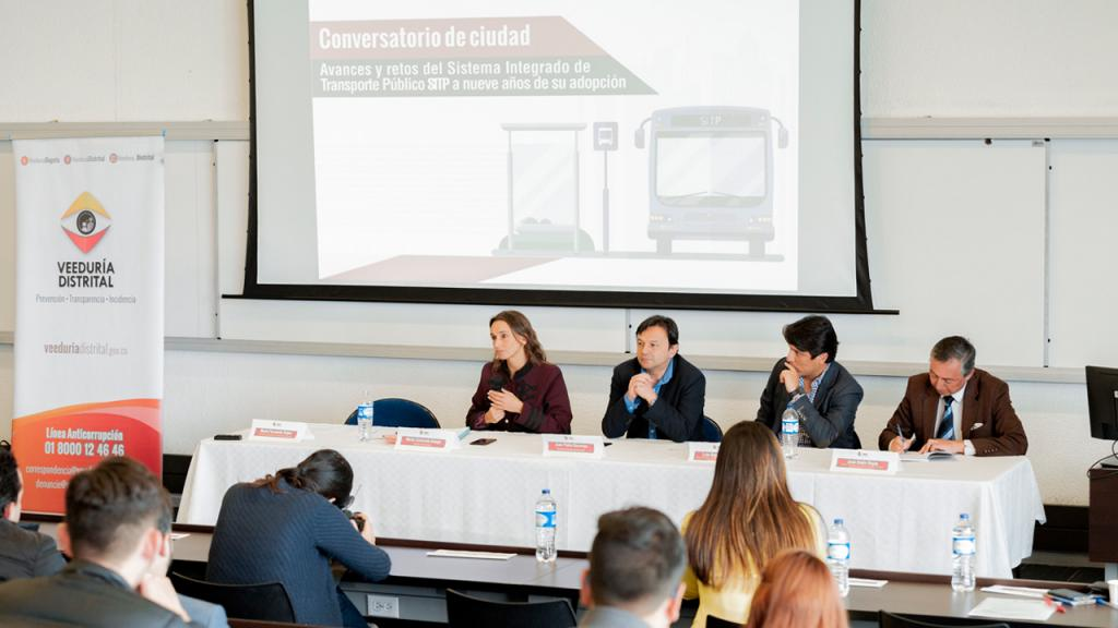 Panel conversatorio en la Universidad de los Andes