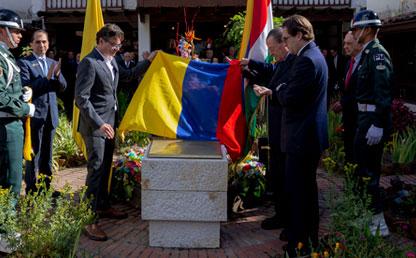 Directivos de Uniandes y del SBC develan la placa de la Sociedad Bolivariana