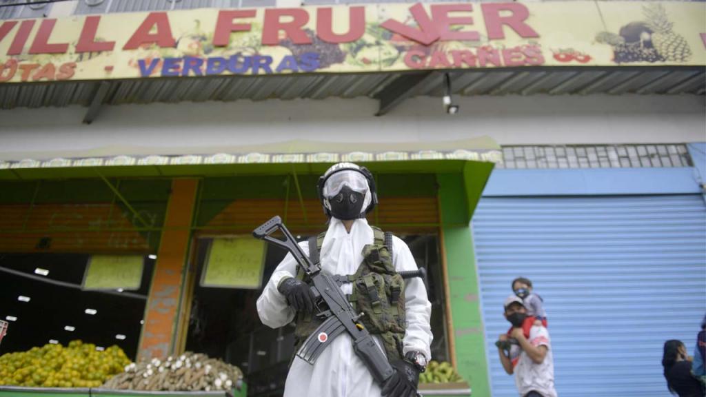 Soldado vestido de blanco custodia un barrio en Colombia.