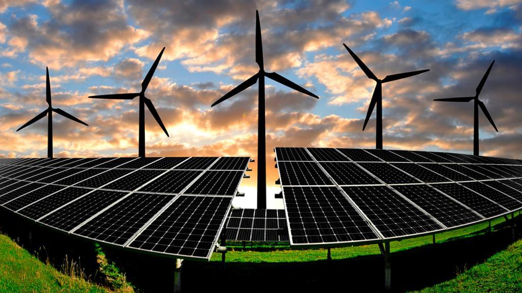 Molinos de vientos y paneles solares en el atardecer