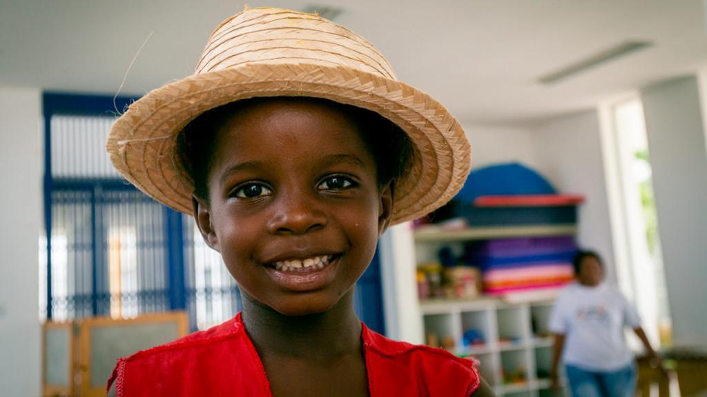 Niño con sombrero sonriendo
