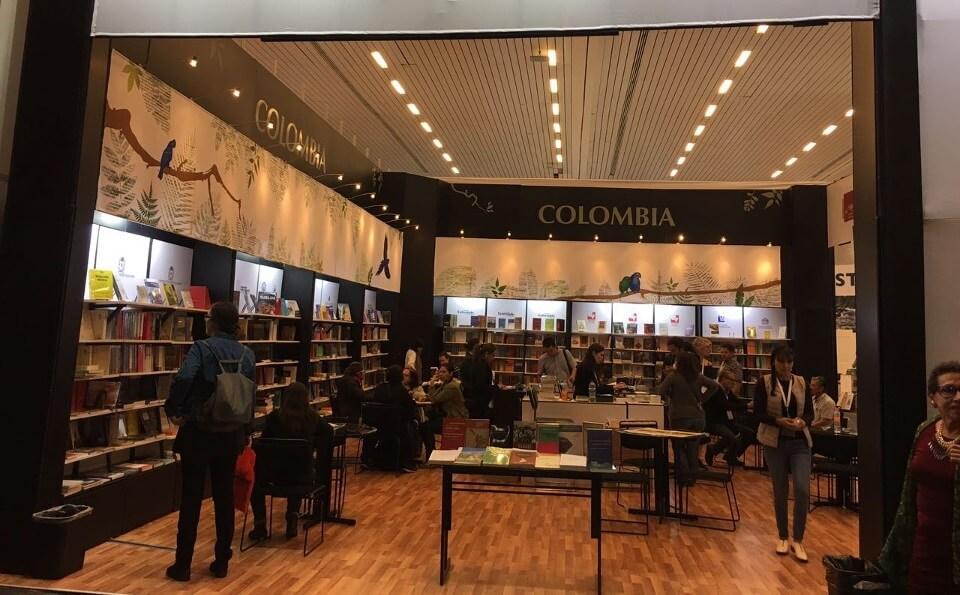 Stand con libro y letrero de colombia en la Feria del Libro de Guadalajara