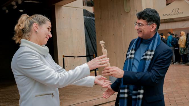 Decano Alfonso Reyes de la universidad de los Andes entregando la posta de la fiesta del bobo a Veneta Andanova