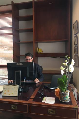 Foto de Alejandro Gaviria en su oficina