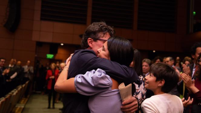 Fotografía de Alejandro Gaviria abrazando a su esposa