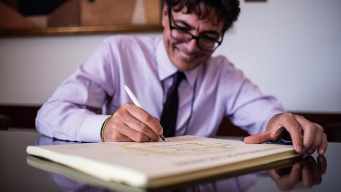 Imagen de Alejandro Gaviria firmando diplomas