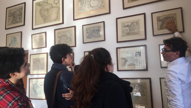Imagen de un grupo de estudiantes analizando los mapas de la oficina de Alejandro Gaviria