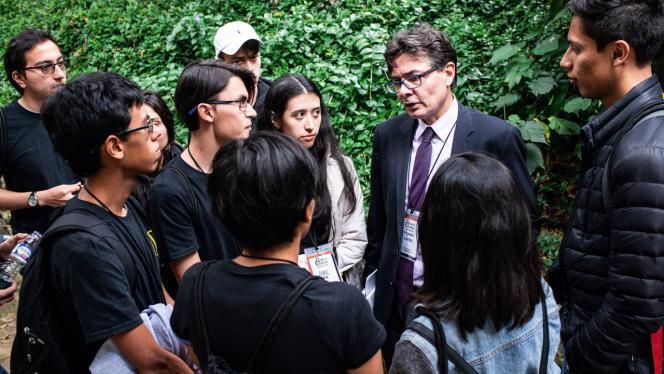 Fotografía de Alejandro Gaviria hablando con un grupo de estudiantes universitarios