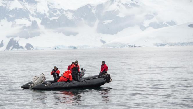 Cuatro tripulantes en canoa inflable en Antártida