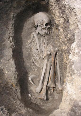 Imagen de una tumba con un esqueleto humano