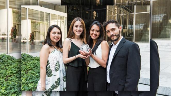 Foto de 4 estudiantes de la facultad de Arquitectura y Diseño de los Andes