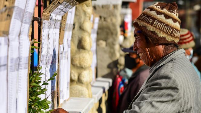 Hombre de Bolivia revisando el listado el día de las elecciones