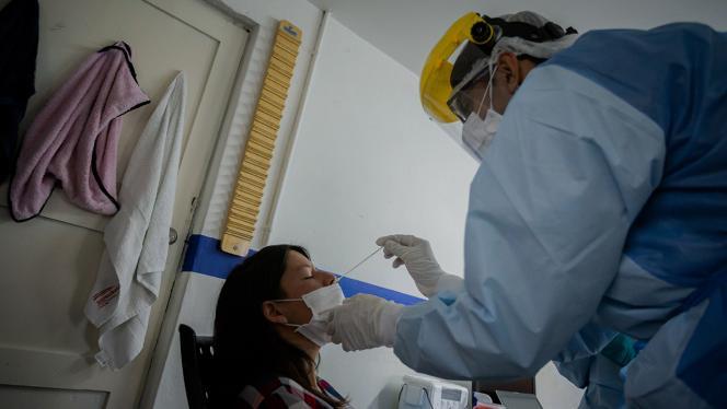 Realización de pruebas PCR por voluntarios de Uniandes