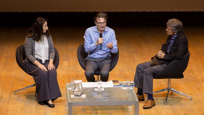 Imagen de Alejandro Gaviria con dos personas en un escenario hablando