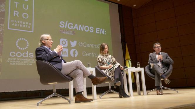 Imagen de tres personas dando una conferencia