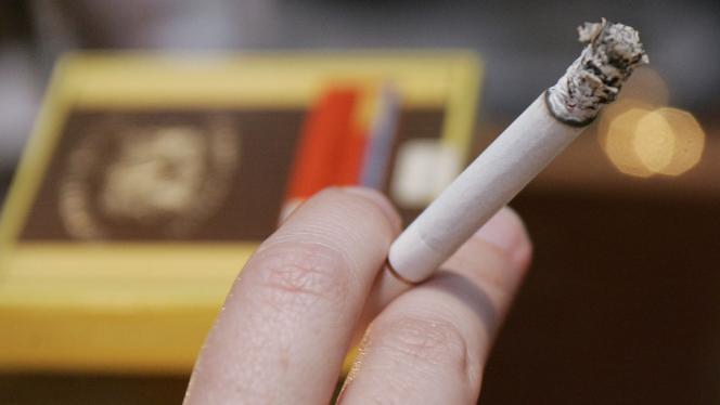 cigarrillo entre los dedos