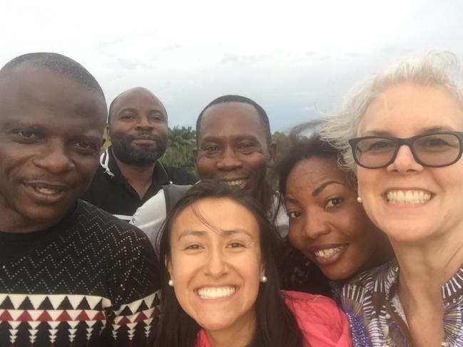 Foto de la diseñadora Juanita Rodriguez con personas de África