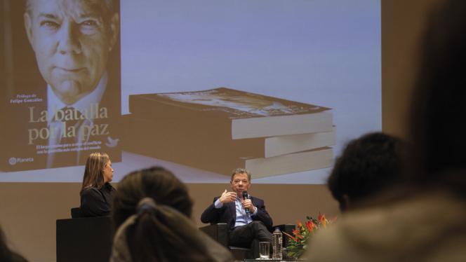Expresidente Juan Manuel Santos presentando su nuevo libro