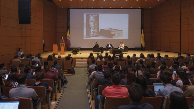El expresidente Juan Manuel Santos presentando su nuevo libro