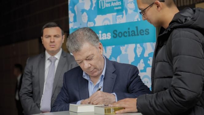 Expresidente Juan Manuel Santos autografiando su libro