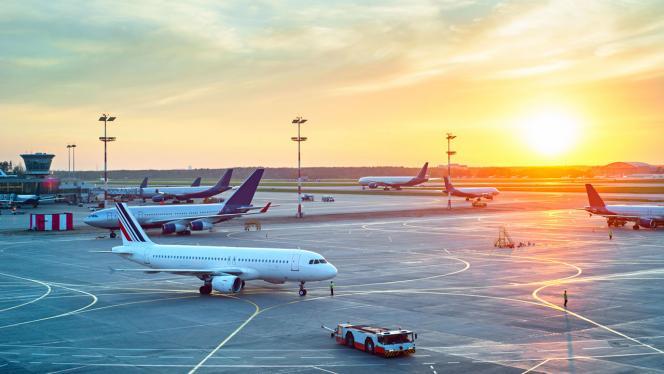 Imagen de aviones en una pista de aeropuerto