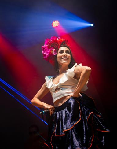 Mujer con traje de cumbia en un concierto