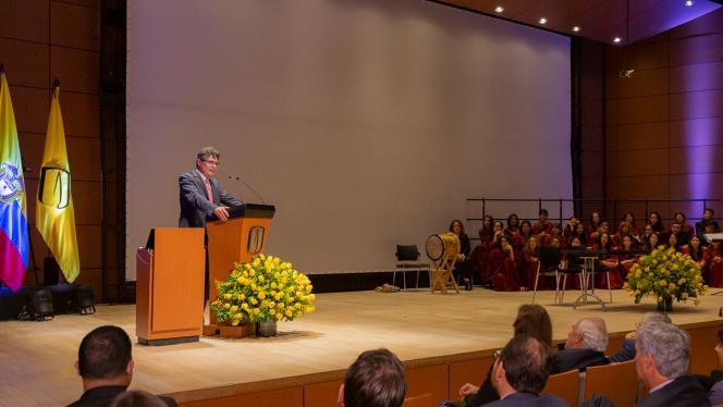 Alejando Gaviria dando un discurso en su nombramiento como rector de la Universidad de los Andes