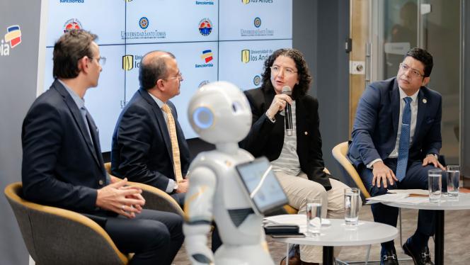 Grupo de personas hablando en el evento de Bancolombia sobre inteligencia artificial