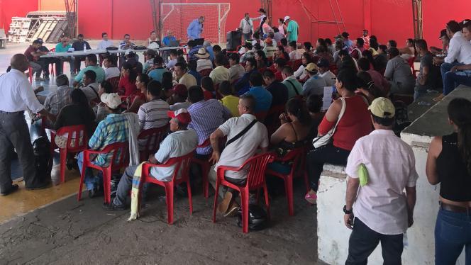 Grupo de personas en reunión en el Guaviare