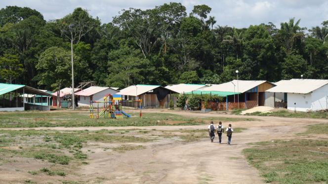 3 niños caminando hacia sus casas en el Guaviare