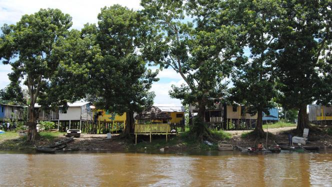 Cabañas ubicadas junto al rio
