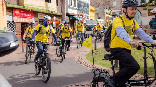 Grupo de personas montando en bici camino hacía la universidad de los andes