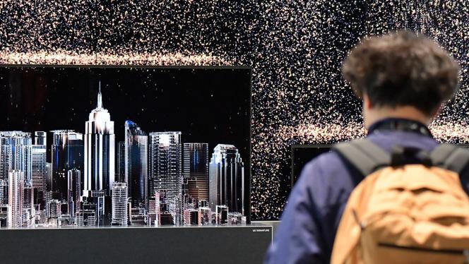 Foto de un joven observando una ciudad en holograma.