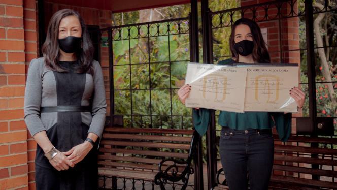 Dos mujeres posando en entrega de diplomas