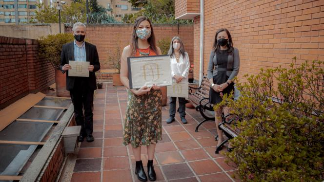 4 personas posando en entrega de diplomas