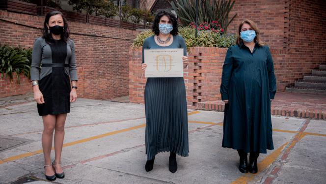 Tres mujeres posando en entrega de diplomas