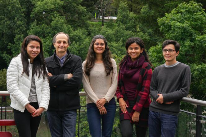 Fotografía del profesor Pablo Arbelaez con un grupo de estudiantes
