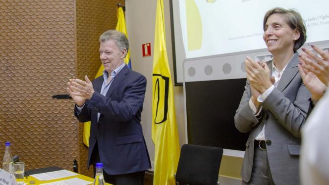 Juan Manuel Santos aplaudiendo en el evento líderes y lideresas de Bogotá