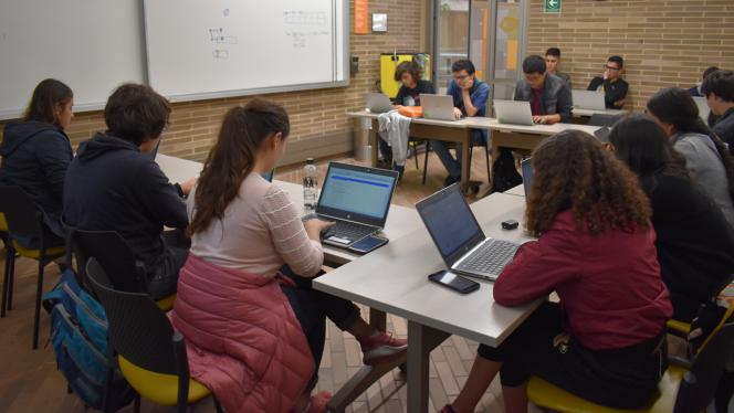 Grupo de estudiantes aprendiendo a programar