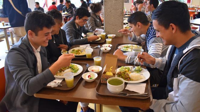 Imagen de estudiantes almorzando